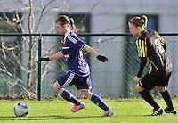 RSC Anderlecht Dames - WD Lierse SK : Anaelle Wiard aan de bal voor Caroline Berrens.foto DAVID CATRY / Vrouwenteam.be