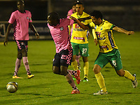 TUNJA - COLOMBIA -28-10-2016: Deiner Cordoba (Izq.) jugador de Boyaca Chico FC disputa el balón Claudio Rubiano (Der.) jugador de Atletico Huila, durante partido Boyaca Chico FC y Atletico Huila, de la fecha 18 de la Liga Aguila II-2016, jugado en el estadio La Independencia de la ciudad de Tunja. / Deiner Cordoba (L) player of Boyaca Chico FC vies for the ball with Claudio Rubiano (R) jugador of Atletico Huila, during a match Boyaca Chico FC and Atletico Huila, for the date 18 of the Liga Aguila II-2016 at the La Independencia  stadium in Tunja city, Photo: VizzorImage  / Cesar Melgarejo / Cont.