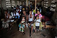 SIERRA LEONE Tombo , video cinema  / SIERRA LEONE Fischerhafen Tombo, Menschen im Video Kino