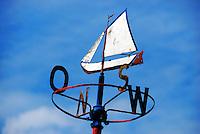 Windrichtung: EUROPA, DEUTSCHLAND, HAMBURG, (EUROPE, GERMANY), 26.06.2007: Deutschland, Hamburg, Elbe, Kutter, Segelboot. Segelschiff,  Windrichtung, Windrichtungen, Osten, Westen, Sueden, Norden, Ost, West, Nord, Sued, Wetterfahne, Windfahne, Windfahnen, Wind, Windanzeige, Himmelsrichtungen,  Historisch, Metall, Symbol, Richtung, Wettervorhersage, Wetter, Aufwind-Luftbilder