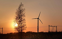 Nederland - Flevopolder-  April  2019 .  Windmolen en ondergaande zon.   Foto Berlinda van Dam / Hollandse Hoogte