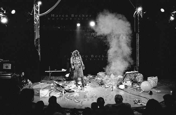 Ptuj (Slovenia), Convegno Europeo di Giocoleria 2005. Lo spettacolo di un clown --- Ptuj (Slovenia), European Juggling Convention 2005. The show of a clown