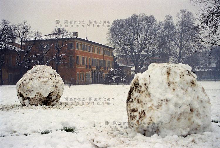 Milano, quartiere Affori, periferia nord. Il Parco Villa Litta innevato e due grosse palle di neve --- Milan, Affori district, north periphery. Park Villa Litta snow-covered and two big snow balls