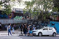 SÃO PAULO, SP, 08.02.2021:  Volta as aulas Rede Estadual SP  - Em meio a pandemia de Covid - 19 ,  poucos alunos  aguardavam a abertura dos portões da Escola Brigadeiro Gavião Peixoto, a maior escola estadual do estado de São Paulo na manhã desta segunda - feira (08) no bairro de Perus zona noroeste da cidade de São Paulo SP.