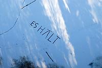 """4415/Es Haelt: EUROPA, DEUTSCHLAND, SCHLESWIG- HOLSTEIN 28.01.2006 Information """"ES HÄLT"""" mit dem Schneeschieber auf das Eis des Reinbeker Muehlenteich geschrieben."""