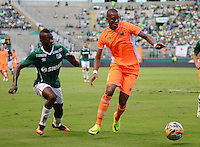 PALMIRA -COLOMBIA-05-11-2016. Helibelton Palacios (Izq) del Deportivo Cali disputa el balón con Yairo Y. Moreno (Der) de Envigado FC durante partido por la fecha 19 de la Liga Águila II 2016 jugado en el estadio Palmaseca de Cali./ Deportivo Cali player Helibelton Palacios (L) fights for the ball with Yairo Y. Moreno (R) player of Envigado FC during match for the date 14 of the Aguila League II 2016 played at Palmaseca stadium in Cali.  Photo: VizzorImage/ NR /Cont