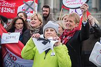 Kundgebung fuer die Streichung des §219a.<br /> Am Donnerstag den 22. Februar 2018 protestierten verschiedene Frauenorganisationen und Abgeordnete von Buendnis 90/Die Gruenen, der SPD und der Linkspartei fuer die Streichung des §219a StGB vor dem Deutschen Bundestag. Der §219a kriminalisiereAerztinnen und Aerzte, Beratungsstellen und Einzelpersonen, welche Informationen zum Thema Schwangerschaftsabbruch zur Verfuegung stellen.<br /> 22.2.2018, Berlin<br /> Copyright: Christian-Ditsch.de<br /> [Inhaltsveraendernde Manipulation des Fotos nur nach ausdruecklicher Genehmigung des Fotografen. Vereinbarungen ueber Abtretung von Persoenlichkeitsrechten/Model Release der abgebildeten Person/Personen liegen nicht vor. NO MODEL RELEASE! Nur fuer Redaktionelle Zwecke. Don't publish without copyright Christian-Ditsch.de, Veroeffentlichung nur mit Fotografennennung, sowie gegen Honorar, MwSt. und Beleg. Konto: I N G - D i B a, IBAN DE58500105175400192269, BIC INGDDEFFXXX, Kontakt: post@christian-ditsch.de<br /> Bei der Bearbeitung der Dateiinformationen darf die Urheberkennzeichnung in den EXIF- und  IPTC-Daten nicht entfernt werden, diese sind in digitalen Medien nach §95c UrhG rechtlich geschuetzt. Der Urhebervermerk wird gemaess §13 UrhG verlangt.]