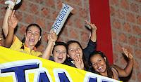 BUCARAMANGA -COLOMBIA, 23-03-2013. Aficionados gritan en el partido que  Búcaros Freskaleche enfrentó a Águilas de Tunja en  partido de la décimaoctava fecha de la Liga DirecTV de baloncesto profesional colombiano disputado en la ciudad de Bucaramanga./ ans scream durong the game  that Bucaros Freskaleche faced to Águilas de Tunja  in the eighteenth date of the DirecTV League of professional Basketball of Colombia at Bucaramanga city. Photos: VizzorImage/Jaime Moreno/STR