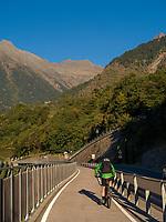 Radler bei Parkplatz Töll, Oberplars, Algund bei Meran, Region Südtirol-Bozen Italien, Europa<br /> cyclist near parking Töll, Oberplars, Lagundo near Merano, Region South Tyrol-Bolzano, Italy, Europe