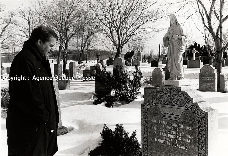 EXCLUSIF -<br />  Claude Poirier visite la tombre de son pere<br /> , 16 Janvier  1988