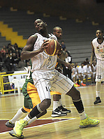 BOGOTA - COLOMBIA: 13-09-2013: Gilbert Lawrence (Der.) de Piratas de Bogotá, disputa el balón con Tyree Evans (Izq.) de Caribbean Heat , septiembre 13 de 2013. Piratas de Bogota y Caribbean Heat  disputaron partido de la fecha 13 de la fase I de la Liga Directv Profesional de Baloncesto 2 en partido jugado en el Coliseo El Salitre. (Foto: VizzorImage / Luis Ramirez / Staff). Gilbert Lawrence (R) of Pirates from Bogota disputes the ball with Tyree Evans (L) from Caribbean Heat , September 13, 2013. Piratas from Bogota and Cartagena Heats disputed a match for the 13 date of the Fase II of the League of Professional Directv Basketball 2 game at the Coliseo El Salitre. (Photo. VizzorImage / Luis Ramirez / Staff)