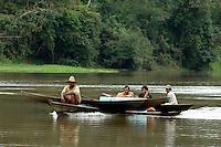 """PESCA DO PIRARUCU AUTORIZADA PELO IBAMA  800t - Somente este ano um programa iniciado pelo Instituto Mamirau·  teve permitido pelo Ibama a liberaÁ""""o de 800t do do maior peixe de ·gua doce do planeta, beneficiando milhares de pescadores da ·rea de influÍncia da reserva de desenvolvimento sustent·vel  Mamirau· . Um dos principais projetos da instituiÁ""""o o   programa de comercializaÁ""""o do pescado iniciado  em 1998 comeÁou com uma cota de  3t , com o sucesso do manejo do piraruc˙ este ano sobe para 800t. Mamirau·, TefÈ, Amazonas,  BrasilFoto Paulo Santos/Interfoto30/11/2004"""