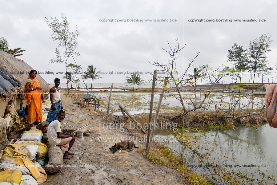 INDIA, West Bengal, Ganges river delta Sundarbans , Sagar Island , broken dyke due to cyclone, sea erosion and rising sea levels / INDIEN Westbengalen, Gangesdelta Sunderbans , Sagar Island , vom Meer zerstoerter Deich