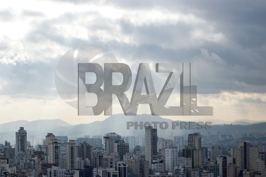 SAO PAULO, SP - 21.06.2017 - CLIMA-SP - Vista da cidade de São Paulo no topo do terraço Copan, região central da capital na tarde desta quarta-feira (21). O clima permanece com baixa temperatura e o céu segue parcialmente nublado.<br /> <br /> (foto: Fabricio Bomjardim / Brazil Photo Press)
