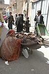 Sana, San'a, Sanaa. la perla d'Arabia, Arabian Pearl beggar at the market, mendicante al mercato
