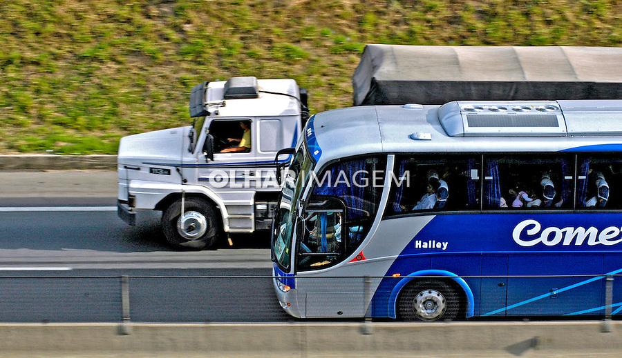 Ônibus e caminhão na rodovia Anhanguera. SP. Foto de Juca Martins.