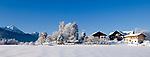 Deutschland, Bayern, Winterlandschaft im Chiemgau bei Siegsdorf (Alzing) mit Hochfelln und Hochgern der Chiemgauer Alpen | Germany, Bavaria, winter scene in Chiemgau near Siegsdorf (Alzing) with Hochfelln and Hochgern mountains of the Chiemgau Alps
