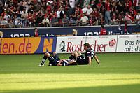 Sofian Chahed und Andreas Schmidt (beide Hertha BSC Berlin) enttäuscht im Gras
