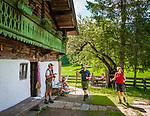 Deutschland, Bayern, Chiemgau, bei Schleching: die im Sommer bewirtschaftete Petereralm - hier gibt es leckeren Kaffee und Kuchen | Germany, Bavaria, Chiemgau, near Schleching: Peterer Alpine Pasture Hut - in summer serving coffee and cakes