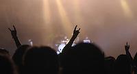 Das Festival With Full Force geht in die 18. Runde. 60 Bands aus der Hardcore-, Punk- und Metallszene haben sich auf dem haertesten Acker Deutschlands nahe Roitzschjora versammelt. Dazu gesellen sich nach Angaben der Veranstalter Sven Borges, Mike Schorler und Roland Ritter fast 30000 Besucher aus aller Welt. Drei Tage lassen die Bands ihre stromgestaehlten Gitarren gluehen und pusten per Mega-Boxenwand das Gras von der Landebahn des Sportflugplatzes. im Bild: Feature Pommes-Gabel.  Foto: Alexander Bley