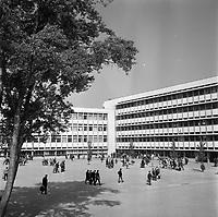 27 Avril 1964. Vue de la cour du lycée Berthelot.