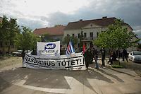 Am Montag den 13. Mai 2013 wurden drei polnische Saisonarbeiter in Kremmener Ortsteil Staffelde von Einwohnern als vermeintliche Einbrecher verfolgt, geschlagen, gefesselt und verschleppt. Auch nach dem die Frau dem Einbruchhaus den Verfolgern mitteilte, dass die Vertragsarbeiter nicht die Einbrecher seien, liessen die Maenner nicht von ihren Opfern ab. Der Buergermeister der Gemeinde Kremmen und die Stadtverordneten verurteilten den Angriff auf die Polen als rassistische Tat.<br />Am Dienstag den 21. Mai 2013 kamen Mitglieder antirassistischer Gruppen und Fluechtlinge aus Berlin nach Kremmen um mit einer Kundgebung ihren Unmut ueber diese rassistische Tat zum Ausdruck zu bringen.<br />Im Bild: Die Demonstranten aus Berlin auf dem Marktplatz in Kremmen.<br />21.5.2013, Kremmen<br />Copyright: Christian-Ditsch.de<br />[Inhaltsveraendernde Manipulation des Fotos nur nach ausdruecklicher Genehmigung des Fotografen. Vereinbarungen ueber Abtretung von Persoenlichkeitsrechten/Model Release der abgebildeten Person/Personen liegen nicht vor. NO MODEL RELEASE! Don't publish without copyright Christian-Ditsch.de, Veroeffentlichung nur mit Fotografennennung, sowie gegen Honorar, MwSt. und Beleg. Konto:, I N G - D i B a, IBAN DE58500105175400192269, BIC INGDDEFFXXX, Kontakt: post@christian-ditsch.de<br />Urhebervermerk wird gemaess Paragraph 13 UHG verlangt.]