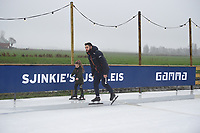 SCHAATSEN: BANTEGA: 23-12-2020, Sjinkie en Knegt, IJsbaan achter huis, ©foto Martin de Jong