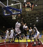 BOGOTA -COLOMBIA, 3 -OCTUBRE-2014. Withers Curtis (Izq) de Guerreros disputa el balon con Hebert Bayona Reyes (Der) de Piratas  durante partido por   La Liga  Directv de Baloncesto 2014-II , ultima fecha de la primera fase   jugado en el coliseo El Salitre . / Withers Curtis  (L) of Guerreros dispute the ball with Hebert Bayona Reyes (R) of Piratas during the game on Liga Directv of basquetball 2014-II, last date of the first phase played at the Coliseum El Salitre.Photo:VizzorImage / Felipe Caicedo / Staff