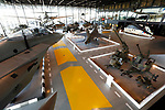Foto: VidiPhoto<br /> <br /> SOESTERBERG - In de korte tijd dat het Nationaal Militair .Mmuseum op de voormalige vliegbasis Soesterberg bestaat, heeft het zijn sporen al verdiend. Het is niet alleen al twee jaar op rij het leukste uitje van de provincie Utrecht, maar wordt door het publiek ook nog eens beoordeeld met een 4,9 op een schaal van 5. Uitzonderlijk hoog. Gasten komen ogen, oren en voeten tekort, want het gebouw alleen al is 110x250 meter, met 13 meter hoge glazen buitenwanden. Foto: Militair materieel in de grote hal.