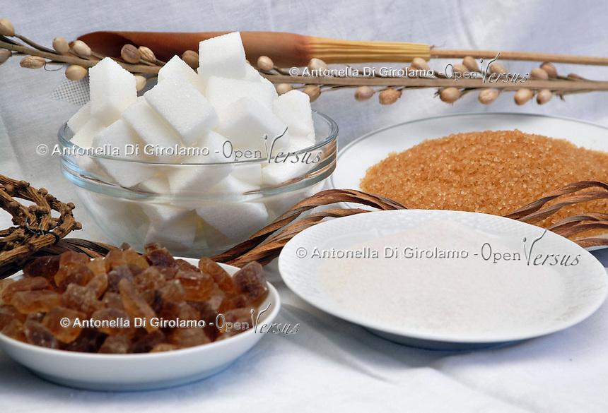 Diversi tipi di zuccheri. Zucchero bianco, zucchero di canna, cristalli di zucchero, zollette..Different type of sugar. White sugar, cane sugar, crystal sugar,  lumps..                                .