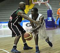 BOGOTA - COLOMBIA: 05-04-2013: Moreno (Der.) de Piratas de Bogotá, disputa el balón con Peña (Izq.) de Manizales Once Caldas, abril 5 de 2013. Piratas y Manizales Once Caldas en la  fecha 23 de  la Liga Directv Profesional de baloncesto en partido jugado en el Coliseo El Salitre. (Foto: VizzorImage / Luis Ramírez / Staff). Moreno (R) of Piratas from Bogota, fights for the ball with Peña (L) of Manizales Once Caldas, April 5, 2013. Piratas and Manizales Once Caldas in the match for the 23 date of the Directv Professional League basketball, game at the Coliseo El Salitre. (Photo: VizzorImage / Luis Ramirez / Staff).