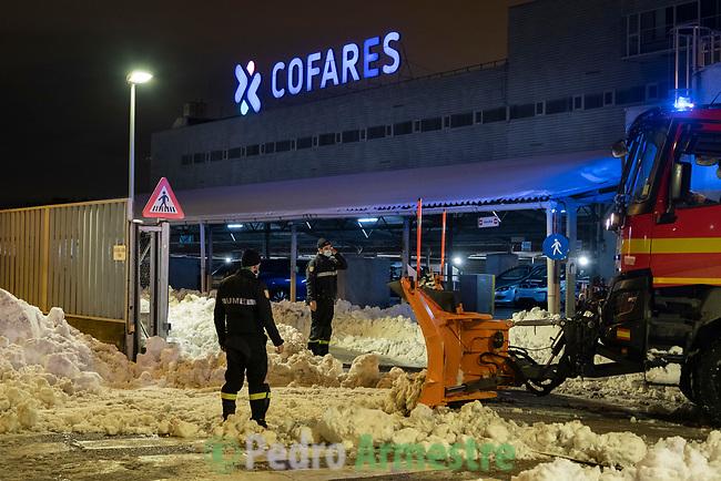 11/01/2021, Madrid, España<br /> La UME (Unidad Militar de Emergencias) limpia los accesos de los laboratorios y almacenes farmacéuticos durante el temporal de nieve 'Filomena', que ha bloqueado gran parte de España. <br /> <br /> 'Filomena' también ha golpeado con dureza a las zonas más rurales, cubriendo de nieve y hielo campos de cultivo, invernaderos y granjas de animales. El temporal, al igual que la pandemia, ha mostrado la urgencia de relocalizar la producción agrícola, fomentar la agricultura urbana y periurbana y crear centros logísticos que den soporte a la pequeña producción alimentaria y a las comunidades rurales. La alimentación es un sector estratégico para la supervivencia, por lo que es fundamental un cambio de modelo y una apuesta decidida por la agroecología.<br /> <br /> ©Pedro Armestre/Greenpeace