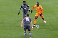 ST PAUL, MN - OCTOBER 18: Maynor Figueroa #15 of Houston Dynamo passes the ball during a game between Houston Dynamo and Minnesota United FC at Allianz Field on October 18, 2020 in St Paul, Minnesota.