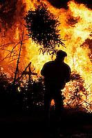 Jaarlijkse kerstboomverbranding op het Museumplein. Omwonenden gooien hun kerstbomen op de brandstapel.
