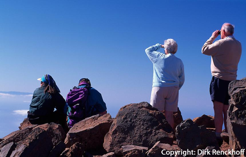Spanien, Kanarische Inseln, La Palma, Wanderer am Roque de los Muchachos