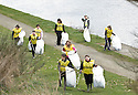 20/04/2010   Copyright  Pic : James Stewart.32_helix_litter  .::  HELIX PROJECT ::  KIDS FROM BRAES HIGH SCHOOL TAKE PART IN THE LITTER PICK AT THE FORTH & CLYDE CANAL BETWEEN LOCK 2 AND THE BLUE BRIDGE ::.