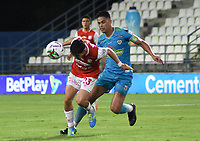 MONTERIA - COLOMBIA, 03-10-2020: Yulian Anchico de Jaguares disputa el balón con Fabian Sambueza de Santa Fe durante partido por la fecha 13 Liga BetPlay DIMAYOR I 2020 entre Jaguares de Córdoba F.C. e Independiente Santa Fe jugado en el estadio Jaraguay de la ciudad de Montería. / Yulian Anchico of Jaguares struggles the ball with Fabian Sambueza of Santa Fe during match for the date 13 BetPlay DIMAYOR League I 2020 between Jaguares de Cordoba F.C. and Independiente Santa Fe played at Jaraguay stadium in Monteria city. Photo: VizzorImage / Andres Felipe Lopez / Cont