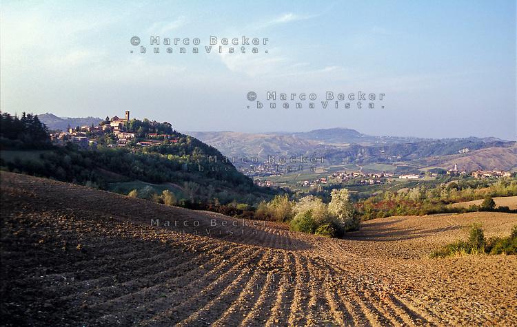 """Paesaggio dell'Oltrepò Pavese (provincia di Pavia). Visibile sulla sx il paese Fortunago, annoverato tra """"i borghi più belli d'Italia""""; sulla collina in fondo: il castello di Montalto Pavese --- Landscape of the Oltrepò Pavese (province of Pavia). Visible on the left is  the small village of Fortunago, rated within the """"most beautiful villages in Italy""""; on the hill on the background: the castle of Montalto Pavese"""