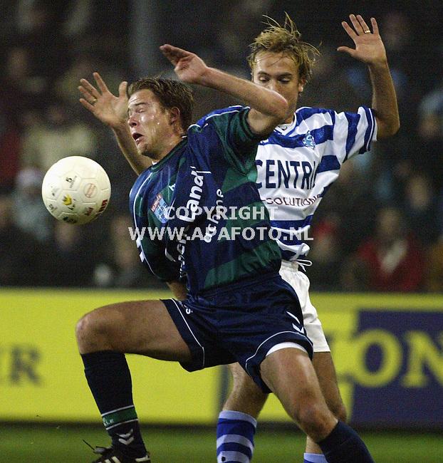 Doetinchem, 211202<br />Graafschap-FC Zwolle 3-2<br />Albert van der Haar (???) van Zwolle, scoorder van het tweede doelpunt van Zwolle  in duel met Arvid Smit van de Graafschap, hij scoorde het eerste doelpunt van de Graafschap.<br />Foto: Sjef Prins- APA Foto