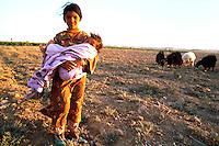 Syria, El Haseke, Sept. 1989..Young girl with baby sister on the country side in the far North East of Syria....Jong meisje met baby zusje op het platteland in het verre Noord-Oosten van Syrie...Photo  Kees Metselaar