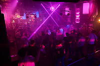 """Clubbesuch mit PCR-Test in Berlin.<br /> Am Wochenende vom 6. bis 8. August fand in Berlin das Pilotprojekt """"Clubculture Reboot"""" fuer eine moegliche Wiedereroeffnung der Clubs in der Hauptstadt statt. In einem von der Charite begleiteten Versuch durften an dem Wochenende bis zu 2000 Menschen in acht teilnehmenden Clubs ohne Maske und die ueblichen Coronaregeln feiern und tanzen. Eintrittskarten dafuer konnten nur personalisiert erworben werden und die Partygaeste mussten zuvor einen PCR-Test gemacht haben und zu weiteren Nachtestungen bereit sein.<br /> Das Projekt unter wissenschaftlicher Begleitung der Charite soll laut Senatskulturverwaltung aufzeigen, ob und wie Tanzveranstaltungen in Clubs """"auch unter pandemischen Bedingungen in Zukunft sicher moeglich sein koennen"""".<br /> Im Bild: Partygaeste im Berliner Club SO36 nehmen an der legendaeren 80er-Jahre Party """"Dancing with Tears in your Eyes"""" teil.<br /> 6.8.2021, Berlin<br /> Copyright: Christian-Ditsch.de<br /> 7.8.2021, Berlin<br /> Copyright: Christian-Ditsch.de"""