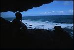 Abrité sous un éperon rocheux près du village de  Peter Eric, indien caraibe observe les grains qui se succedent sur l'océan. .A ses pieds, une gigantesque coulee de basalte noir de plus de 200 m de long - denommee escalier Tete de Chien - subit les assaut  des lames atlantiques. Dans la mythologie caraibe, cette coulee serait la trace d'un gigantesque boa constrictor sorti des eaux pour se refugier sur le Morne Diablotins, plus haut sommet de l'ile. ..