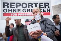 """Der aegyptische Praesident Abdel Fattah al-Sisi kam am 3. und 4. Juni 2015 zu einem Staatsbesuch nach Berlin.<br /> Im Vorfeld gab es Proteste gegen diesen Besuch, da in Aegypten u.a. massenweise Todesurteile gegen Regierungsgegner verhaengt und missliebige Journalisten verhaftet werden. Bundestagspraesident Norbert Lammert sagte ein Treffen mit al Sisi ab. Bundespraesident Gauck hingegen empfing den Praesidenten mit militaerischen Ehren und Bundeskanzlerin Merkel lud ihn in das Bundeskanzleramt ein.<br /> Im Bild: Die Journalistenorganisation Reporter ohne Grenzen (ROG) protestiert in Sichtweite des Kanzleramt gegen den Besuch von al Sisi. Sie forderten ein Ende der Verfolgung von Medien und die Freilassung der inhaftierten Journalisten Abdullah al-Facharani, Samhi Mustafa und Mohamed al-Adli. Ihnen wird """"Stoerung des oeffentlichen Friedens"""", """"die Verbreitung von Chaos"""" sowie """"Verbreitung falscher Nachrichten"""" vorgeworfen. <br /> 3.6.2015, Berlin<br /> Copyright: Christian-Ditsch.de<br /> [Inhaltsveraendernde Manipulation des Fotos nur nach ausdruecklicher Genehmigung des Fotografen. Vereinbarungen ueber Abtretung von Persoenlichkeitsrechten/Model Release der abgebildeten Person/Personen liegen nicht vor. NO MODEL RELEASE! Nur fuer Redaktionelle Zwecke. Don't publish without copyright Christian-Ditsch.de, Veroeffentlichung nur mit Fotografennennung, sowie gegen Honorar, MwSt. und Beleg. Konto: I N G - D i B a, IBAN DE58500105175400192269, BIC INGDDEFFXXX, Kontakt: post@christian-ditsch.de<br /> Bei der Bearbeitung der Dateiinformationen darf die Urheberkennzeichnung in den EXIF- und  IPTC-Daten nicht entfernt werden, diese sind in digitalen Medien nach §95c UrhG rechtlich geschuetzt. Der Urhebervermerk wird gemaess §13 UrhG verlangt.]"""