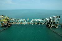 INDIA Tamil Nadu Gulf of Mannar, railways bridge from mainland to island Rameswaram, the region is affected by the Sethusamudram canal Project for shipping between India and Sri Lanka / INDIEN Tamil Nadu, Golf von Mannar, Eisenbahn Brücke vom Festland zur Insel Rameswaram , Region im Golf von Mannar ein maritimes Biosphärenreservat und Ecosystem mit Korallenriffen und Fischarten Meerestiere Tierarten ist durch das Sethusamudram Kanal Projekt für den Schiffsverkehr zwischen Indien und Sri Lanka bedroht