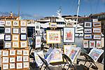 Frankreich, Provence-Alpes-Côte d'Azur, Saint-Tropez: Maler bieten ihre Bilder im  Yachthafen zum Kauf an| France, Provence-Alpes-Côte d'Azur, Saint-Tropez: artists selling their work at the marina
