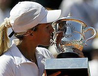 20030607, Paris, Tennis, Roland Garros, Justine Henin kisses the Roland Garros Trophy