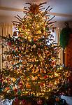 Deutschland, Bayern: Weihnachtsbaum in baeuerlicher, gute Stube mit antikem Christbaumschmuck beladen | Germany, Bavaria: Christmas tree with antique Christmas tree decorations in farmhouse parlour