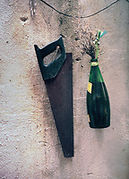"Hong Kong, Hinterhof, Saege, Flasche, improvisierte Vase, Blumen, Hausfassade, Fassade, Mauer, Illustration, aus Buch ""Hong Kong Front Door/Back Door"", Gasse, Hintergasse, Blume, China, Asien, Hong Kong Flora, HF, (Bildtechnik: Farbprofil: sRGB)<br /> HKFDBD page 58<br /> Buchcover<br /> <br />  ***Keine Social_Media Nutzung***<br /> <br /> English: China, Hong Kong, bottle, plants, architecture, front door / back door, facade, Asia, Hong Kong Flora<br /> <br /> ***No social media use***"