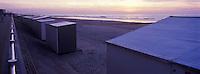 Europe/Belgique/Westende: La plage et ses cabines au soleil couchant