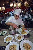 """Europe/Italie/Campanie/Cote Amalfitaine/Nerano-Marina del Cantone: Antonino du restaurant """"Lo Scoglio"""" prépare la spécialité de la maison, spaghettis durs aux courgettes et aux oursins"""